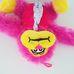 Tépőzáras kezű pink plüss majom nyakkendőben