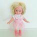Szőke hajú játékbaba rózsaszín ruhácskában cipőben