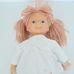 Világosbarna fonalhajú fehér ruhás kislány rongybaba