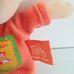 Moulin Roty csörgős plüss maci narancssárga ruhában