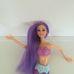 Hosszú lila hajú barna szemű Barbie jellegű sellő baba