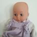 Emmi puha törzsű kék szemű alvós csecsemő baba lilában