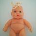 Cuki pufi csecsemő baba szőke hajtinccsel