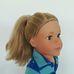 Szőke kék szemű Designa Friend baba eredeti ruhájában