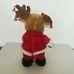 Csörgő agancsú karácsonyi rénszarvas Mikulás ruhában