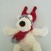 Fehér plüss kutya piros csillámos sállal és Mikulás sapkával