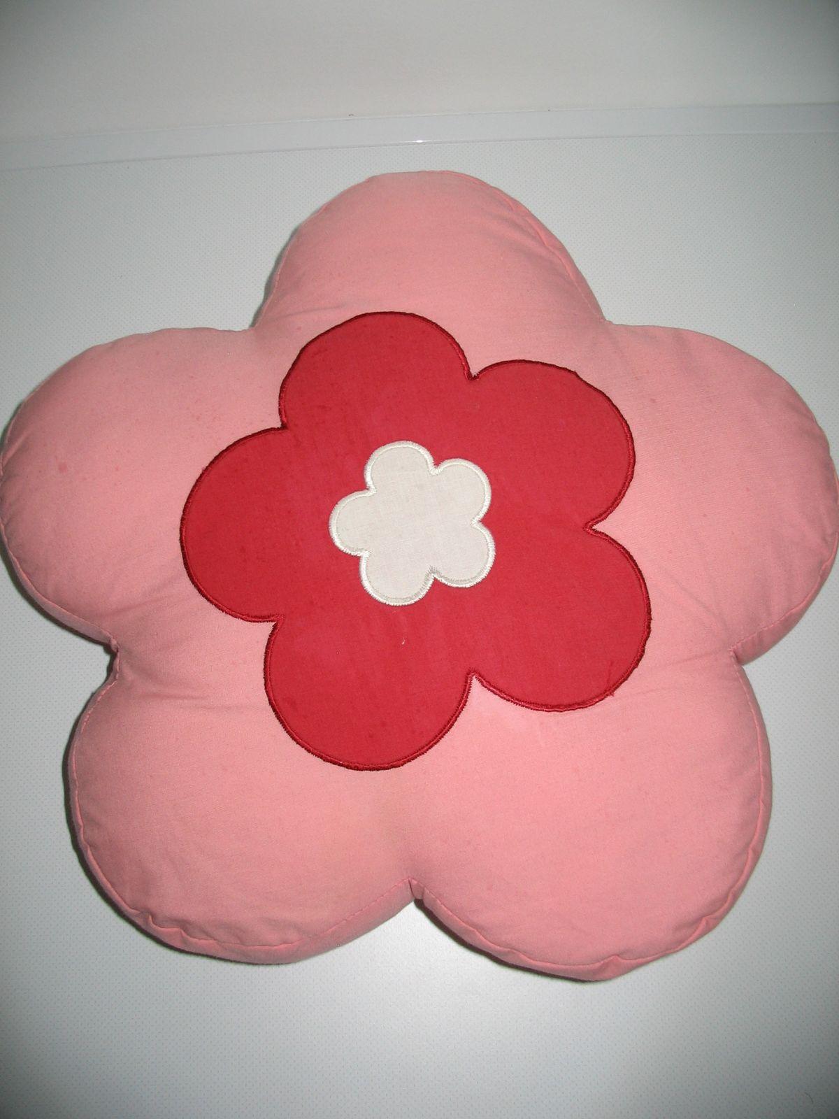 ... Virág formájú rózsaszín-bordó kétoldalú plüss párna ... 589973212e