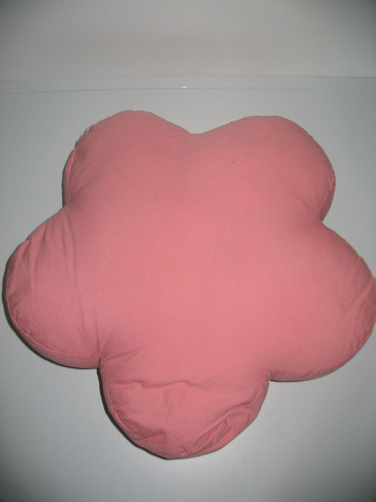 ... Virág formájú rózsaszín-bordó kétoldalú plüss párna 05c742c181