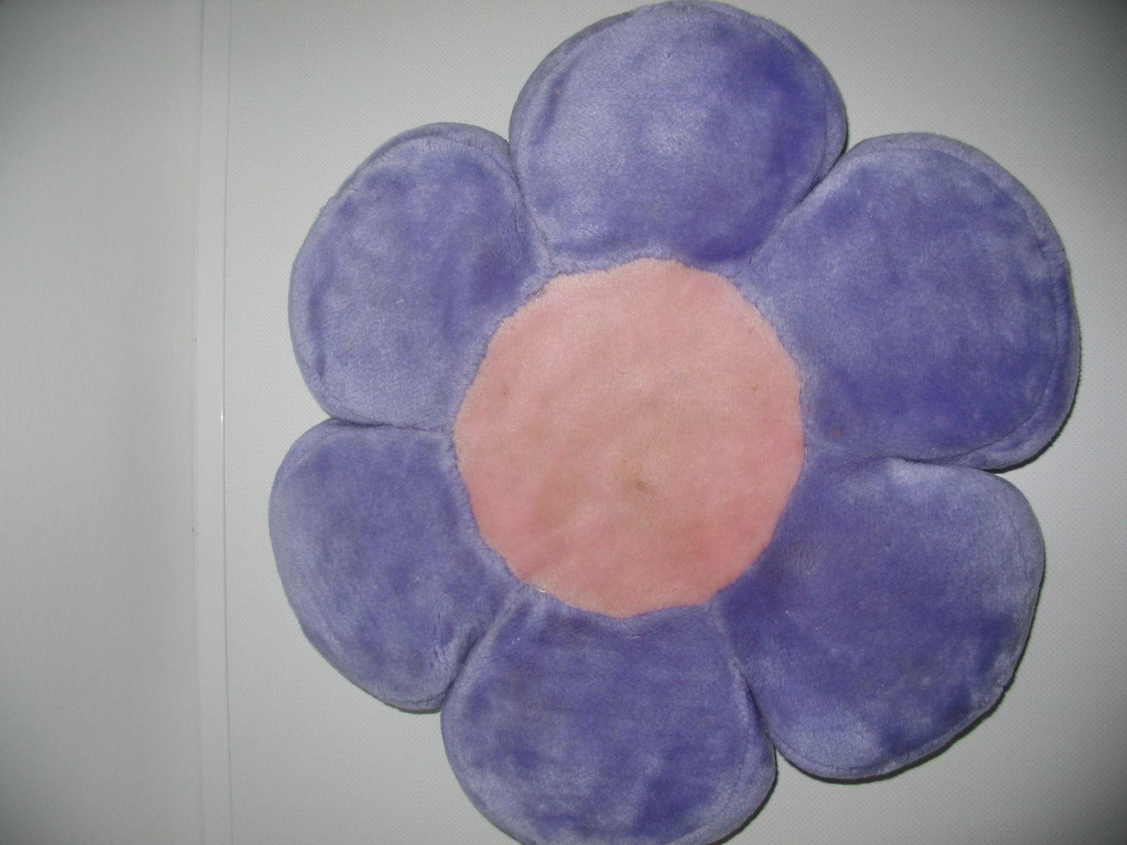 ... Virág formájú lila plüss párna ... acb7178cbf